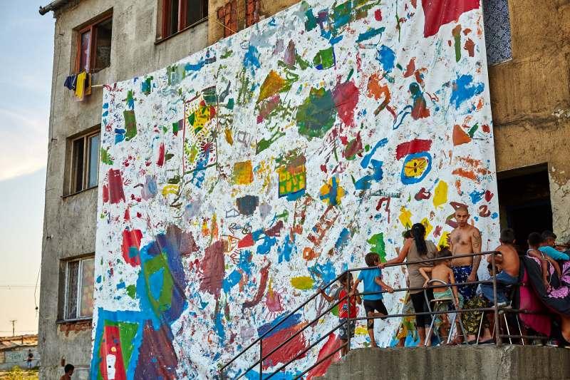 Maliarský workshop s rómskymi deťmi na východnom Slovensku --- Action painting in Romany settlement in Eastern Slovakia
